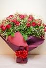 赤のバラとカスミ草の花束